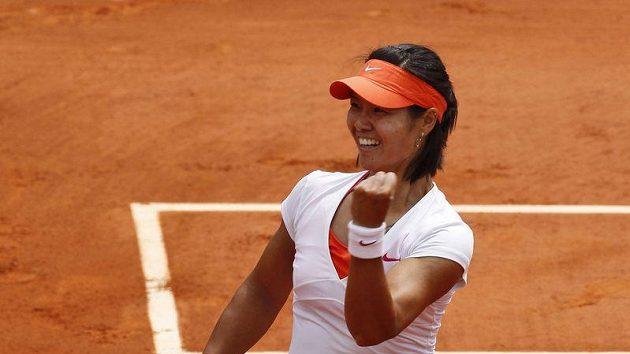 Čínská tenistka Li Na se raduje z vítězství nad Petrou Kvitovou na Roland Garros.