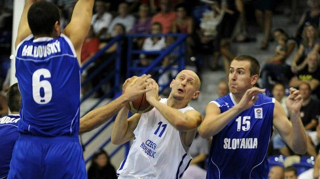 Luboš Bartoň (uprostřed) v utkání proti Slovensku