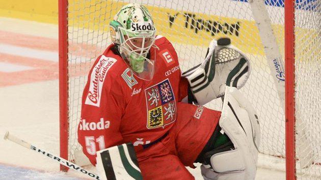 Brankář Lukáš Mensator zasahuje proti střele jednoho z finskýh hráčů na Českých hokejových hrách v Karlových Varech.