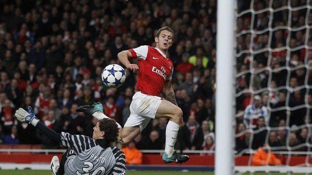 Jack Wilshere z Arsenalu střílí gól.