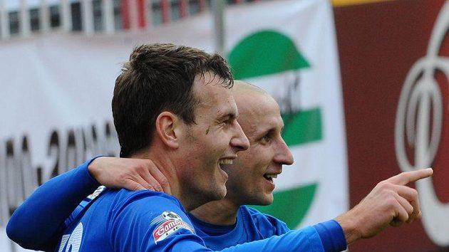 Michael Rabušic z Liberce (vlevo) právě vstřelil druhý gól proti Žižkovu. Gratuluje mu autor prvního gólu Liberce Michal Breznaník.