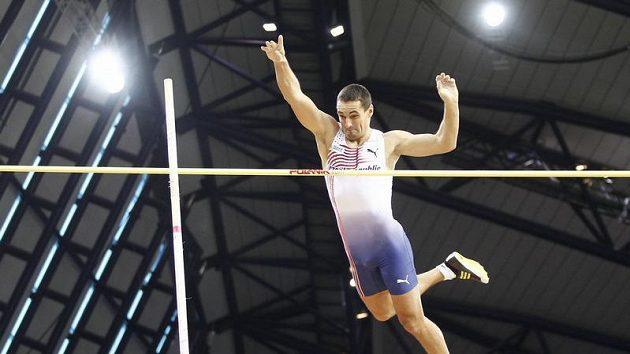 Roman Šebrle nad laťkou. Ilustrační foto