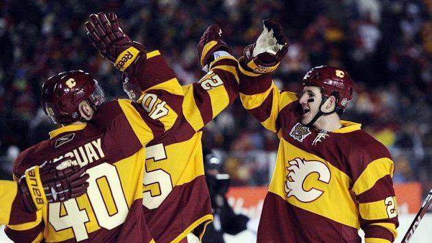 Curtis Glencross z Calgary (vpravo) oslavuje se spoluhráči vítězství nad Montrealem.