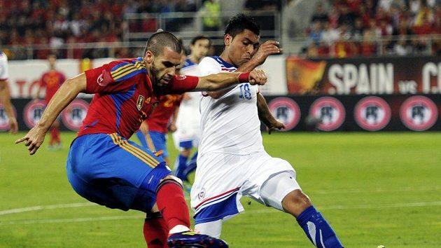 Gonzalo Jaras z Chile (v bílém) brání Španěla Alvara Negreda. Ilustrační foto