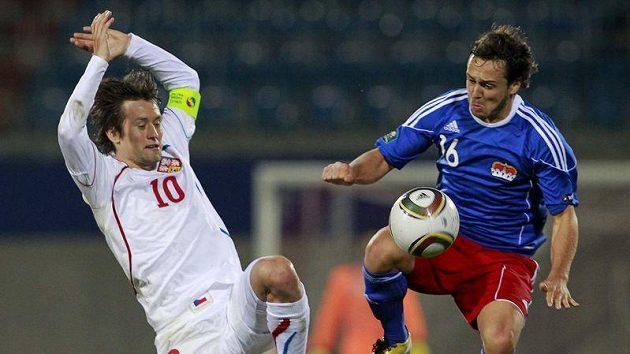 Tomáš Rosický (vlevo) se snaží sebrat míč Philippe Erneovi z Lichtenštejnska.