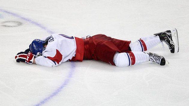 Český hokejista Petr Šenkeřík leží v bezvědomí na ledu.