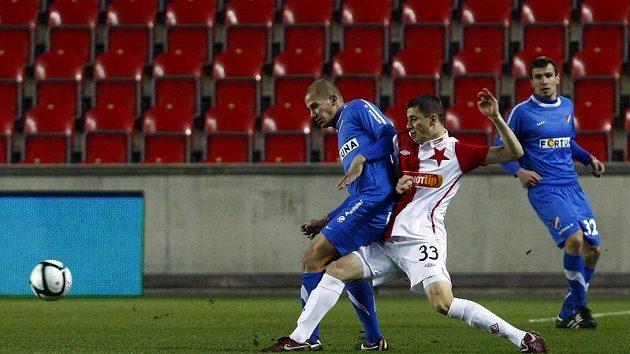 Slávista Milutinovič a ostravský Vašenda se přetlačují v souboji v dohrávce 15. kola Gambrinus ligy.