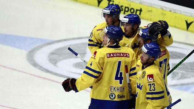 Hokejisté Švédska se radují z branky - ilustrační foto.