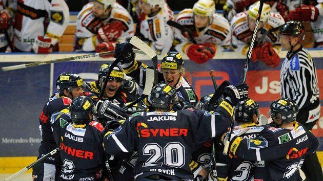 Hokejisté Liberce oslavují gól