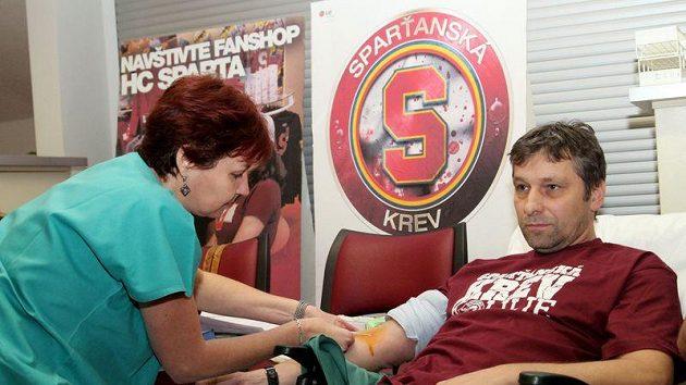 Sparťanský trenér Josef Jandač při odběru krve.