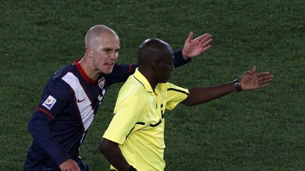 Michael Bradley nadává rozhodčímu Komanu Coulibalymu po neuznaném regulérním gólu Spojených států.