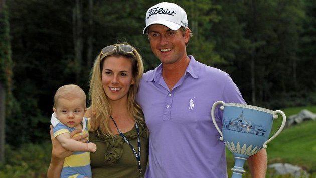 Webb Simpson slavil vítězství v Nortonu s manželkou Dowd a synem Jamesem.