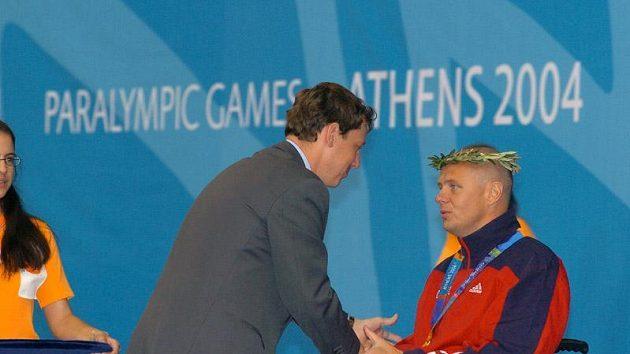 Premiér Stanislav Gross předává zlatou medaili Martinu Kovářovi