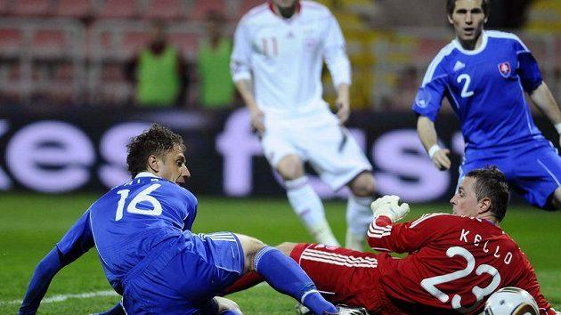 Slovák Kornel Salata (vlevo) si dává vlastní gól v zápase s Dánskem