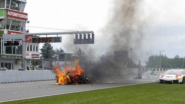 Hořící vůz Giorgia Bartocciho.