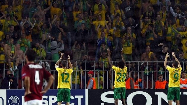 Fotbalisté Žiliny děkují svým fanouškům po výhře nad Spartou