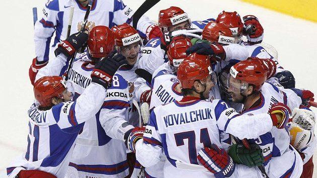 Hokejisté Ruska oslavují