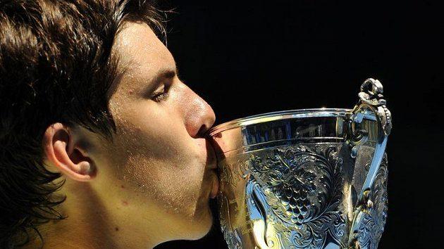 Jiří Veselý s trofejí pro vítěze juniorky na Australian Open.