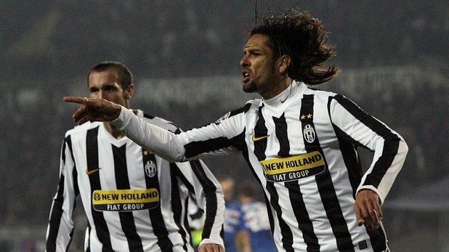 Amauri z Juventusu Turín (vpravo) se raduje z branky do sítě Sampdorie Janov.