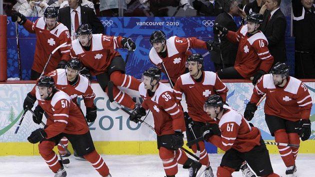 Hokejisté Švýcarska se radují z postupu do čtvrtfinále olympijského turnaje.