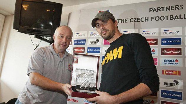 Olomoucký útočník Michal Ordoš (vpravo) přebírá od zástupce Klubu sportovních novinářů Karla Felta cenu pro krále střelců.