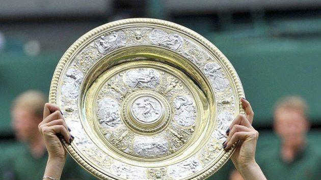 Petra Kvitová završila wimbledonské tažení finálovou výhrou nad Ruskou Šarapovovou a zvedla nad hlavu tolik ceněný vítězný talíř.