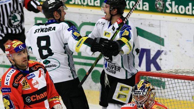 Radost hokejistů Mladé Boleslavi Zdeňka Bahenského a Tomáše Sýkory (číslo 8) z gólu proti Slavii