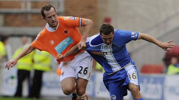 Charlie Adam (vlevo) z Blackpoolu v souboji s Jamesem McArthurem ze severoanglického Wiganu v zápase prvního kola nového ročníku Premiere League.