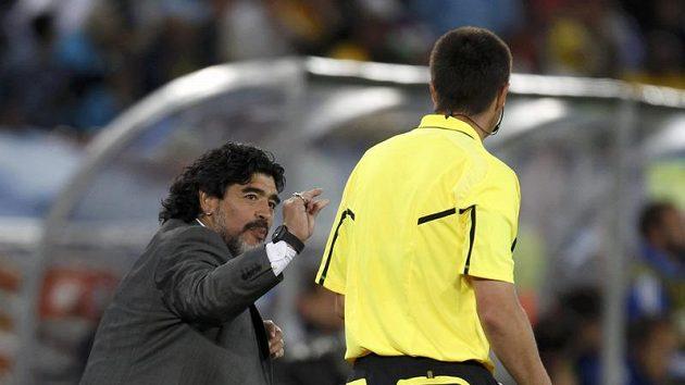 Diego Maradona diskutuje s rozhodčím během zápasu s Řeky.