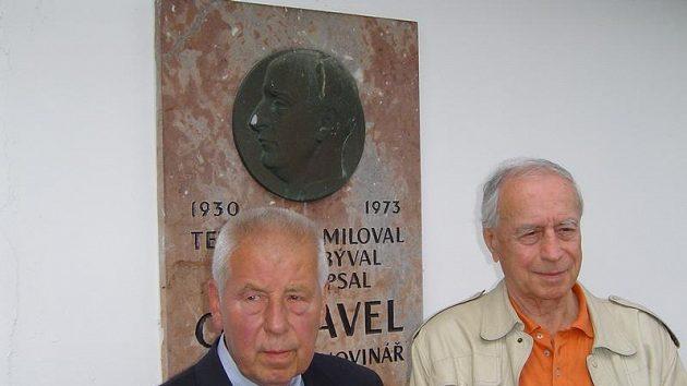 Fotbalista Josef Masopust (vlevo) a házenkář Jiří Vícha - dva hrdinové povídek Oty Pavla přijeli i tentokrát do Branova na tradiční pochod Krajem Oty Pavla.