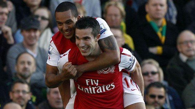 Robin Van Persie (vpředu) oslavuje se spoluhráčem Walcottem svůj druhý gól proti Norwichi.