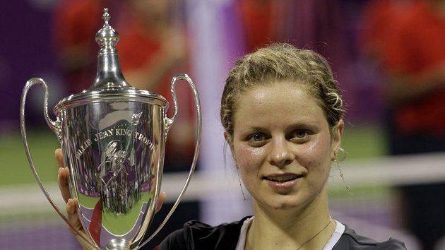 Belgická tenistka Kim Clijstersová s trofejí pro vítězku Turnaje mistryň