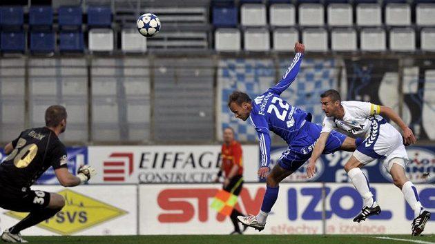 Druhý gól Sigmy střílí Jakub Petr (uprostřed), vpravo je Miroslav Holeňák z Liberce, vlevo liberecký brankář David Bičík.