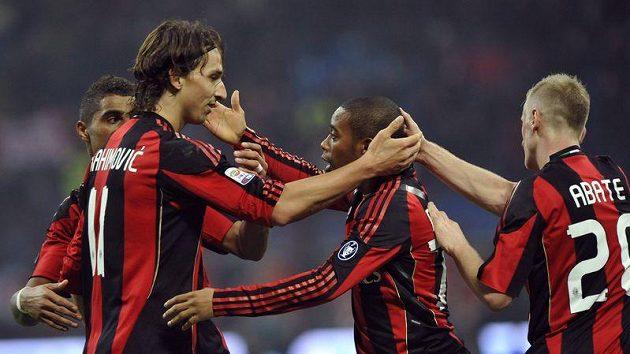 Fotbalisté AC Milán se radují z branky.
