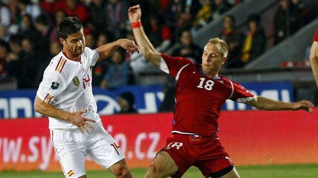 Španěl Xabi Alonso (vlevo) v souboji s Danielem Kolářem. Jasně že španělskýn player měl navrch.