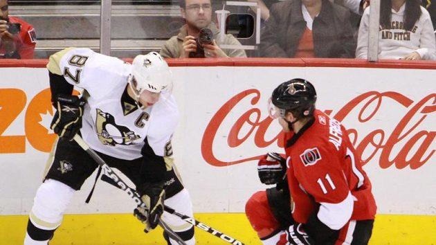 Tučňák Sidney Crosby (87) v souboji s Danielem Alfredssonem z Ottawy