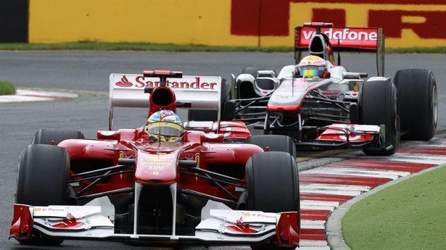 Fernando Alonso s vozem Ferrari (vpředu) a Lewis Hamilton s mcLarenem při pátečním tréninku na GP Austrálie.