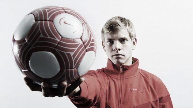 Ostravský útočník Matěj Vydra předvádí červený míč, s nímž se bude hrát nedělní duel Baníku se Spartou.