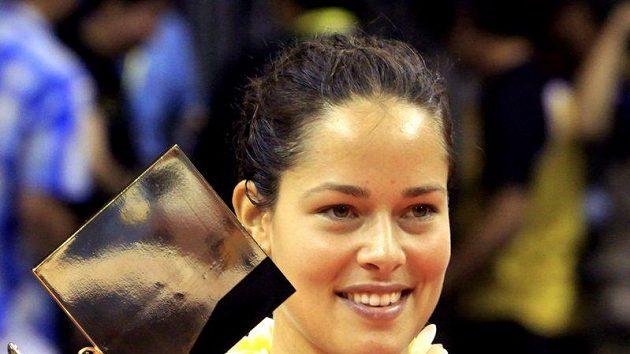 Srbka Ana Ivanovičová pózuje s trofejí pro vítězku turnaje na Bali.