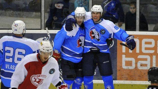 Plzeňský hráč Radek Duda (vpravo) se raduje se střelcem druhého gólu Petrem Sýkorou v zápase European Trophy proti Slavii.