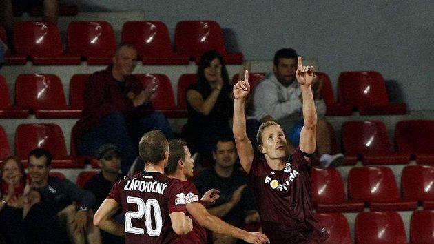 Jiří Jarošík (vpravo) posílá svůj gól do nebe. Všichni spoluhráči se k němu vzápětí přidali.
