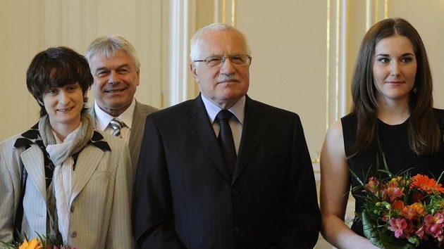 Prezident Václav Klaus s Martinou Sáblíkovou (vlevo), trenérem Petrem Novákem a Šárkou Záhrobskou.
