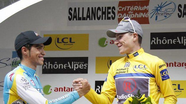 Janez Brajkovič (vpravo) a Alberto Contador na stupních vítězů.