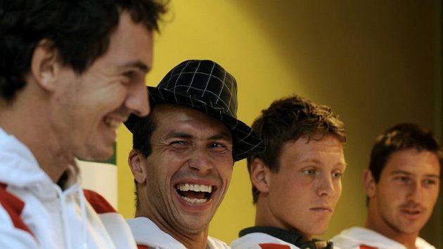 Radek Štěpánek (druhý zleva) žertuje se spoluhráči (zleva) Janem Hernychem, Tomášem Berdychem a Janem Hájkem na tiskové konferenci před odletem do Chorvatska