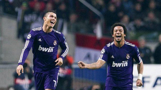 Fotbalisté Realu Madrid Cristiano Ronaldo (vlevo) a Marcelo slaví v zápase s Ajaxem