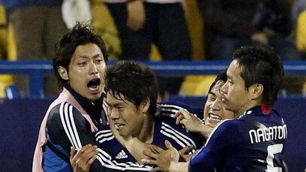 Japonští fotbalisté oslavují vítězný gól Masahika Inohy (uprostřed) ve čtvrtfinále mistrovství Asie proti Kataru.