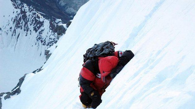 Pár kroků a pak nucený odpočinek. Libor Uher při výstupu na Gasherbrum I.