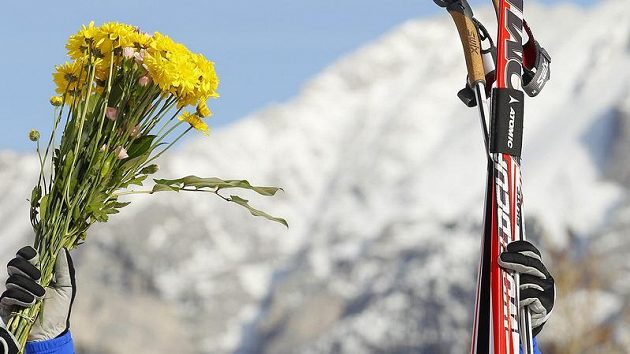Italský lyžař Giorgio Di Centa oslavuje víězství v závodě v Canmore.