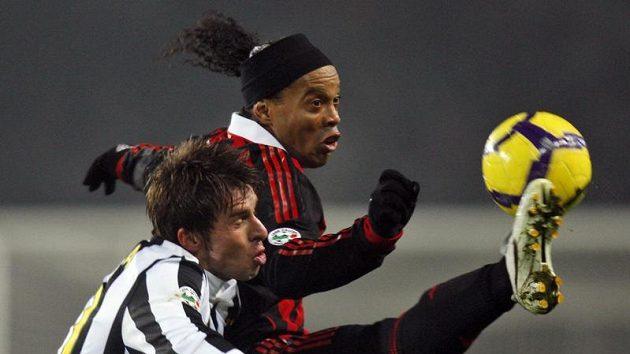 Zdeněk Grygera z Juventusu (vlevo) v souboji s Ronaldinhem z AC Milán.
