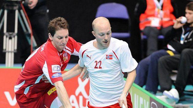 Florbalový obránce Marek Deutsch (vlevo) při utkání s Norskem.
